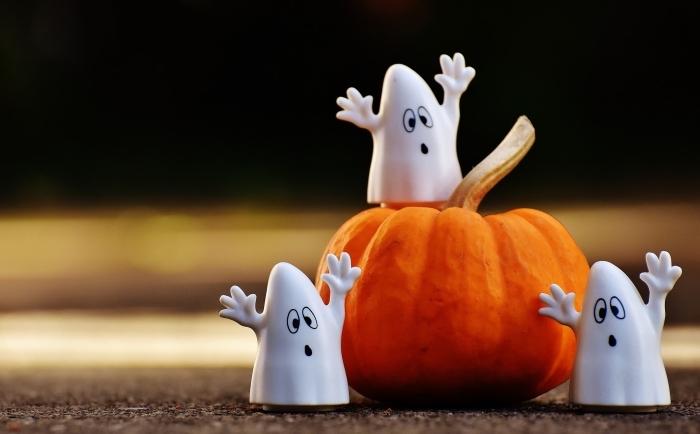 décoration pour Halloween à faire soi-même, idée fond ecran halloween pour ordinateur avec figurines fantôme et citrouille