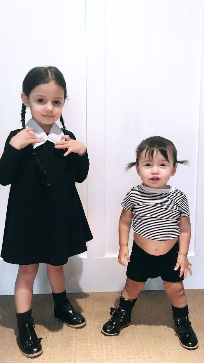 Photo deguisement halloween enfant, deux soeurs costumes famille Adams, image inspiration costume Halloween