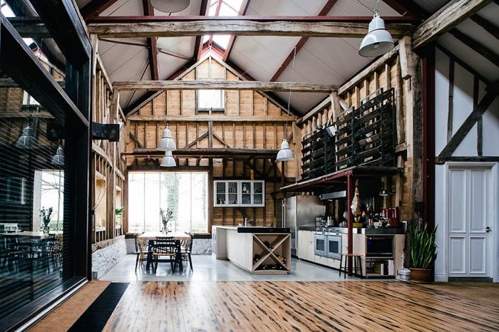renovation interieur dans une grange convertie en cuisine ouverte et salle à manger de style rustique avec accents noirs