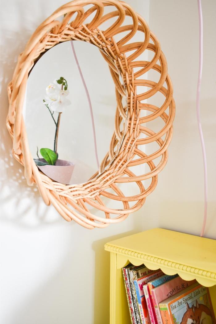 idée comment décorer sa chambre avec objets fait main, modèle de miroir diy rond en fibre végétal forme soleil