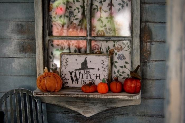 comment décorer son extérieur pour la fête de Halloween, idée déco fenêtre avec citrouilles oranges et poster sorcière