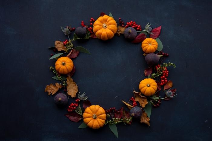 décoration pour Halloween à faire soi même, modèle de couronne de porte Halloween faite de citrouilles et branche