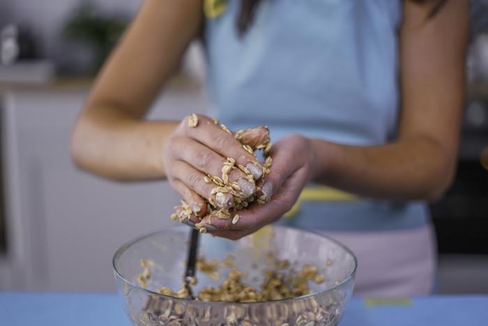 former des cookies dans la pate a cookie, idee de recette de petit déjeuner équilibré rapide et sain