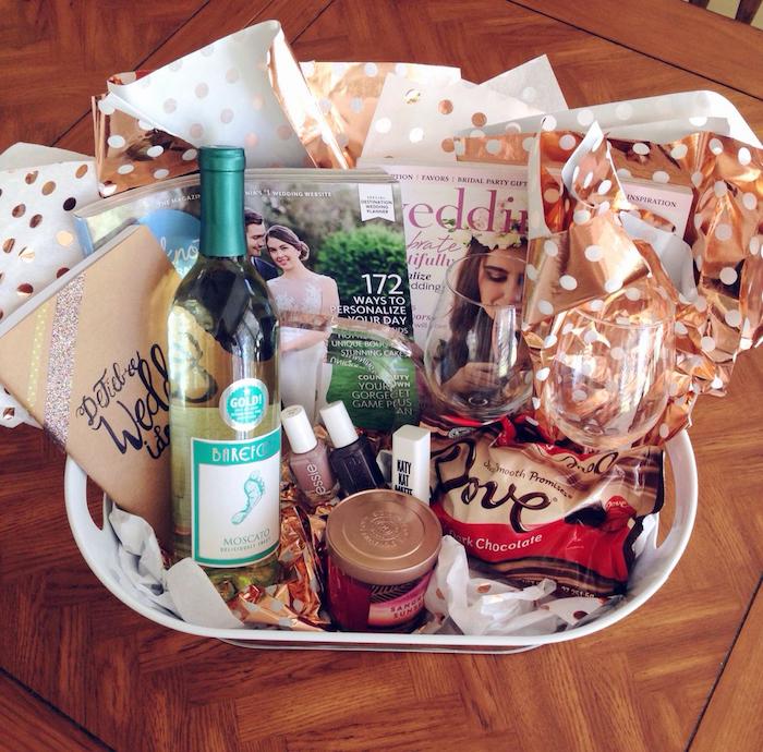 Basket pour les fiançailles, idée cadeau couple, coffret cadeau couple, idée cadeau tout le nécessaire pour planifier son mariage