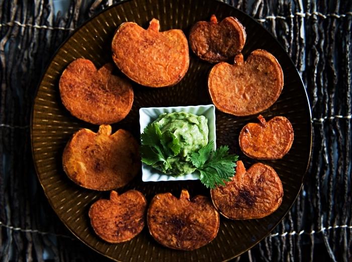 frites de patate douce au four en forme de citrouilles accompagnées de guacamome maison, recette halloween facile et rapide
