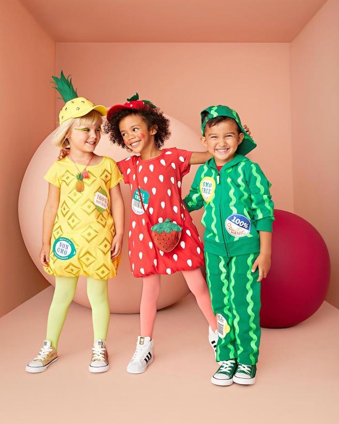 Enfants déguisés comme fruits, amis deguisement bebe halloween, originale idée deguisement enfant fraise ananas et pastèque simple costumes