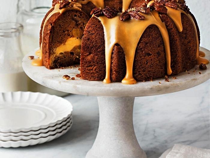 gâteau bundt cake aux pommes et au fromage frais, au glaçage cassonade, gâteau aux pommes, noix et caramel