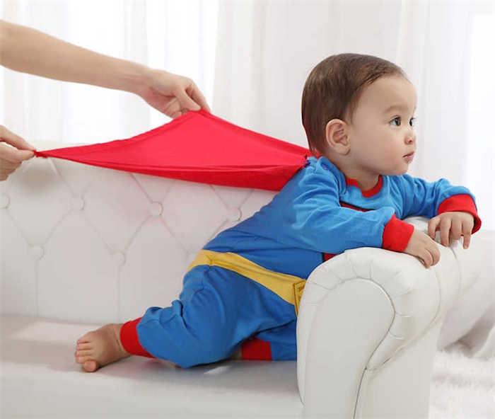 Bebe garcon en costume de super héro, supermen deguisement halloween garcon, cool costume pour les plus petits