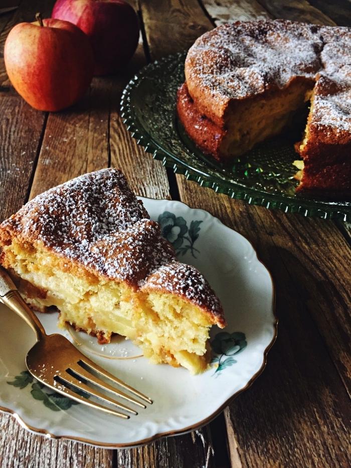 gâteau moelleux au coeur tendre de pommes, gateau aux pommmes saupoudré de sucre glace