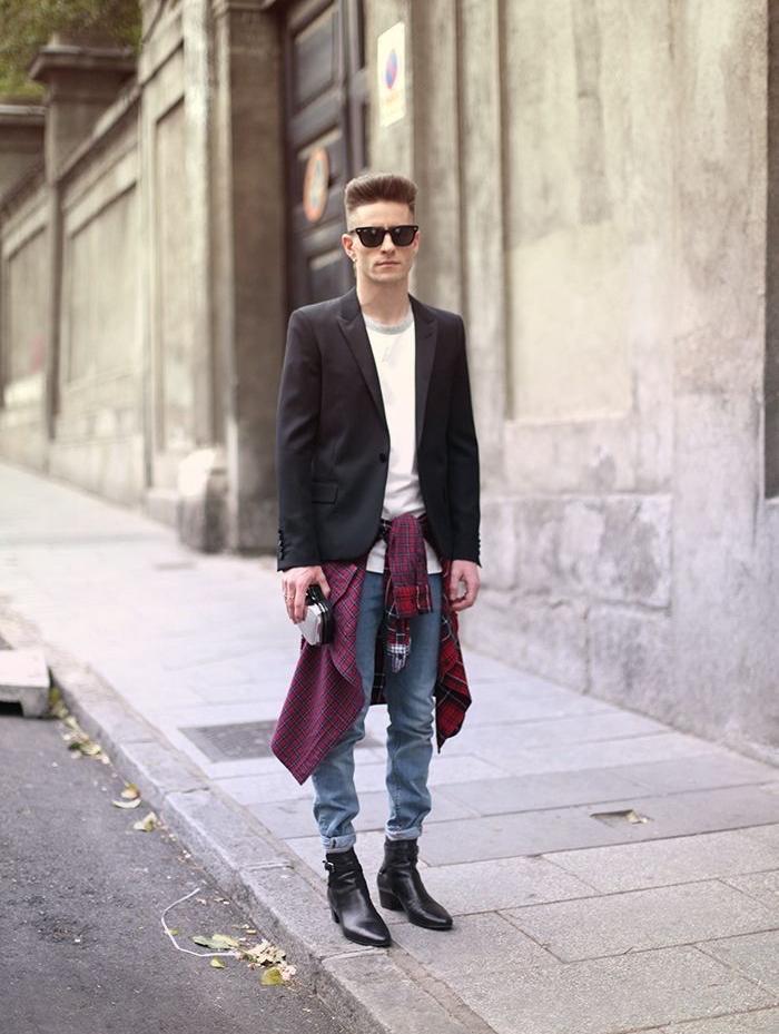 Walkman dans la main, veste et jean style 90, rap année 90, deguisement couple, deguisement serie tv