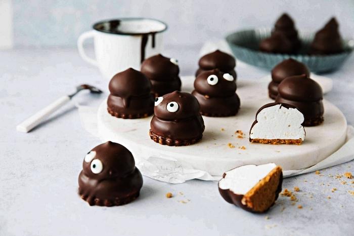 bouchées d'halloween au chocolat et à la guimauve, petits monstres d'halloween à la guimauve, idée dessert de halloween au chocolat et à la guimauve