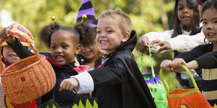 Enfants qui s'amusent ensemble en Halloween, deguisement bebe, deguisement disney, s'habiller comme hero