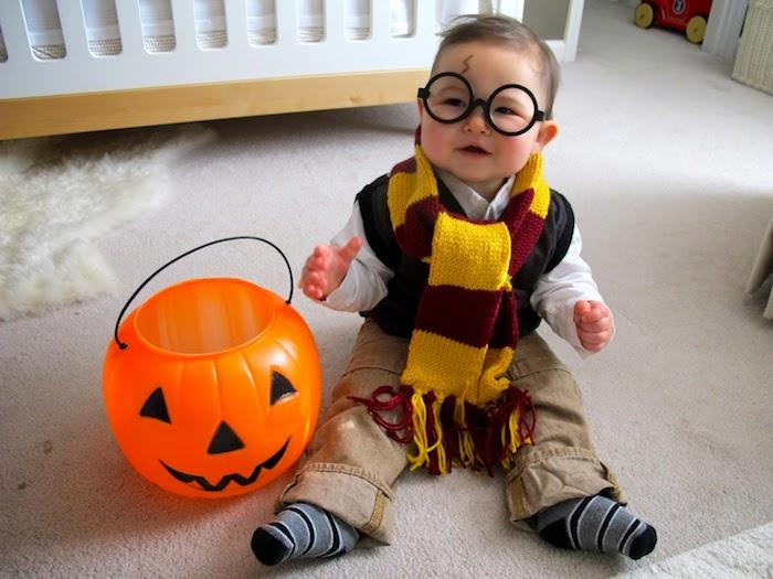 Bébé en costume Harry Potter, idée deguisement halloween enfant, idée comment deguiser son enfant