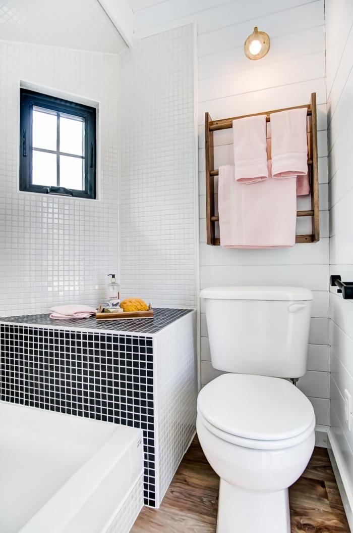 design intérieur moderne dans une pièce sous pente, idee deco wc avec carrelage blanc et panneaux muraux blancs