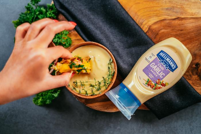 Idée recette rapide et simple pour un apéro dînatoire ou un barbecue, mini-tacos au poulet et cheddar à déguster avec de la mayonnaise à l'ail