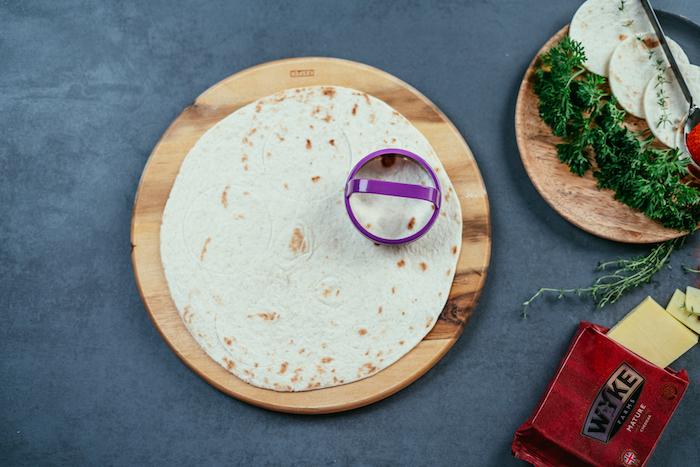 découper de petits cercles de tortilla à l'aide d'un emporte-pièce rond, bouchées de tacos recette facile et rapide