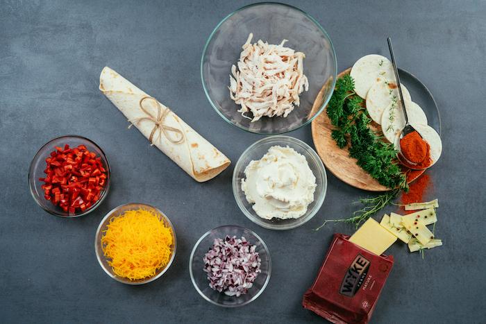 ingrédients pour une recette tacos maison facile, bouchées de tacos au poulet, fromage cheddar, fromage frais et poivron
