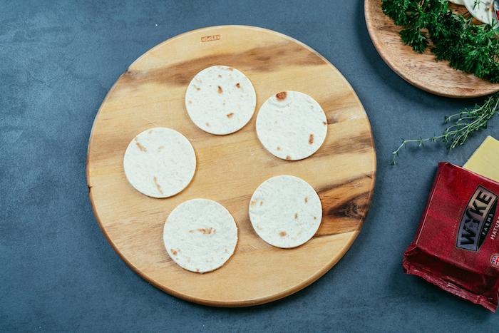 recette de tacos apéritifs au poulet et au fromage cheddar, découper de petits cercles de tortilla mexicaine pour préparer des mini-tacos