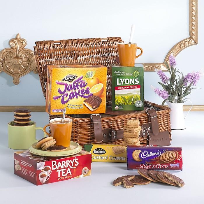 Basket de pique nique avec tout le nécessaire, biscuits et thé coffret cadeau couple, idée de cadeau pour couple