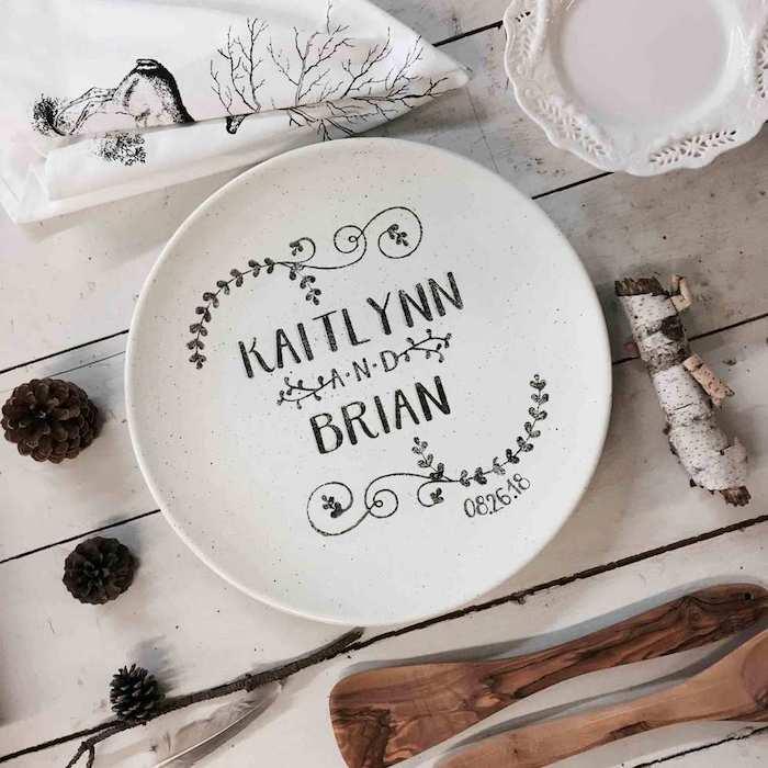 Assiette blanche décorative avec les noms et la date de mariage cadeau couple, cadeau amoureux, idée cadeau couple original