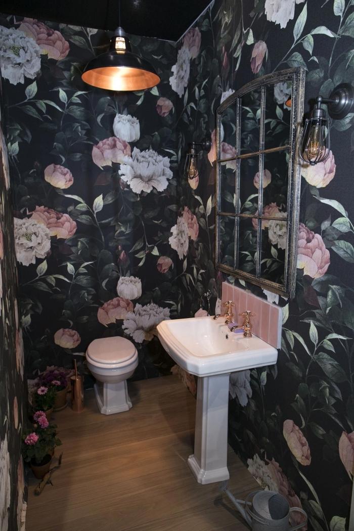 comment décorer ses toilettes de façon originale, modèle toilette aux murs foncés à imprimés floraux avec sol bois