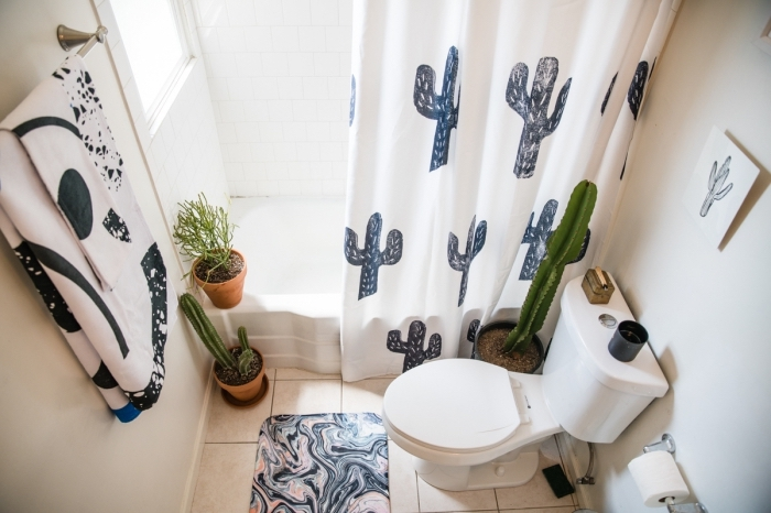 deco wc à petit budget, décoration toilette avec plantes et pots de fleurs terre cuite, modèle tapis de bain aquarelle