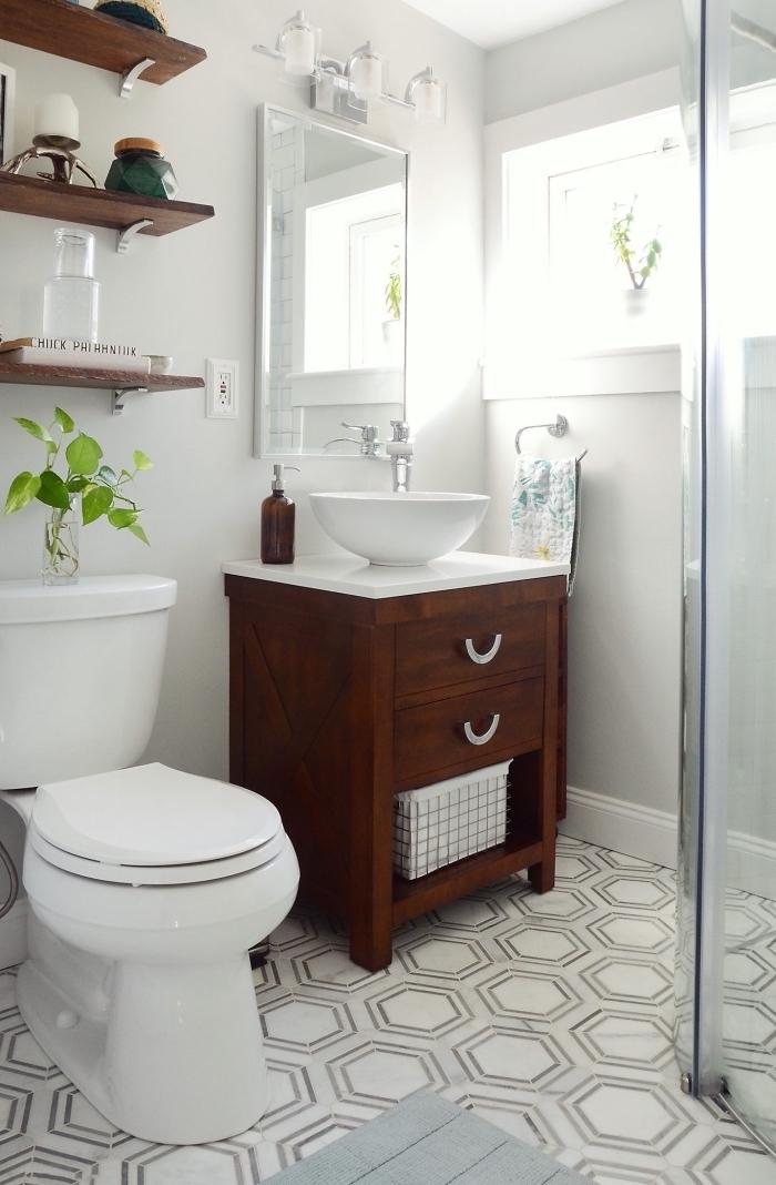 deco toilette aux murs blancs avec meubles bois foncé, exemple de rangement mural en forme étagère pour espace limité