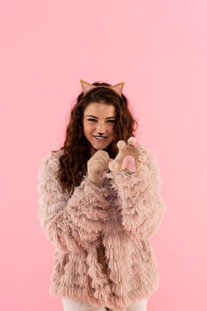 exemple de deguisement adulte femme facile, comment s'habiller pour Halloween, look chat avec manteau faux fur et accessoires beige gants