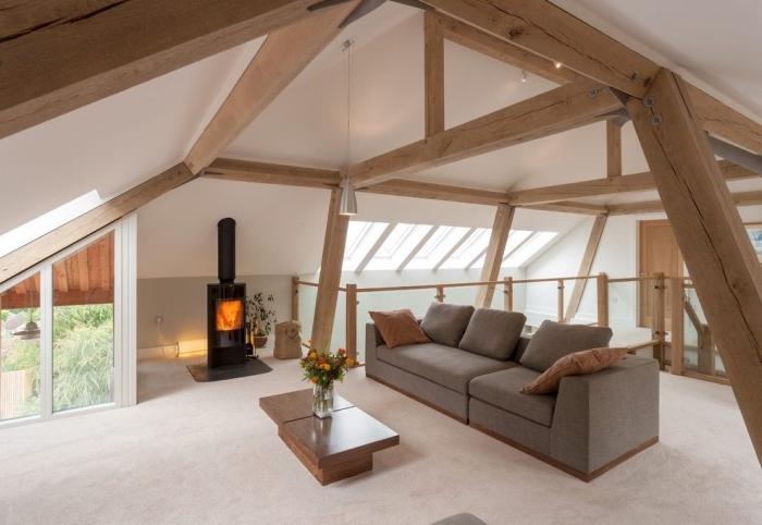 exemple aménagement de combles dans une grange transformée en maison, design salon sous pente moderne