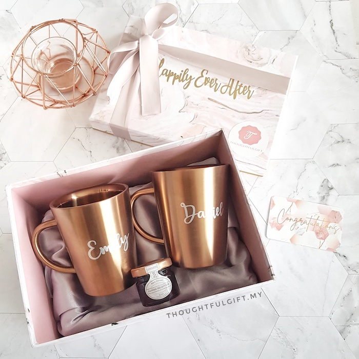 Rose doré et marbre boite emballage belle, deux tasses personnalisés et petit bocal en verre avec miel pour une vie sucrée