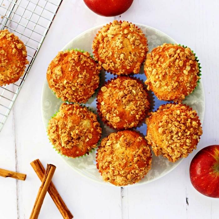 muffins moelleux au crumble pomme et à la cannelle, idées de desserts d'automne à base de pommes