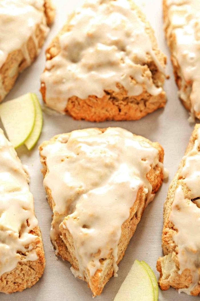 scones aux pommes et leur glaçage de sucrle glace, dessert aux pommes rapide et facile