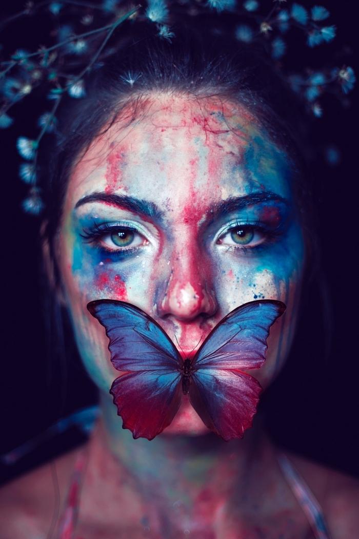 maquillage pour Halloween en couleurs rouge et bleu aquarelle, déguisement femme papillon pour la fête Halloween