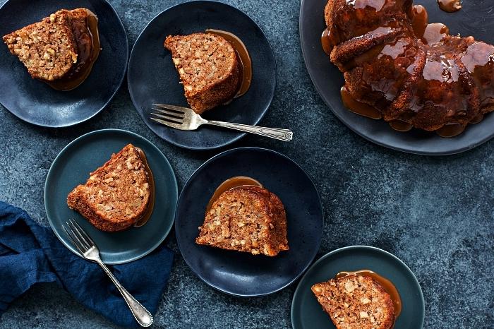 gâteau bundt cake aux pommes et noix, nappé de sauce au caramel, recettes de desserts d'automne faciles