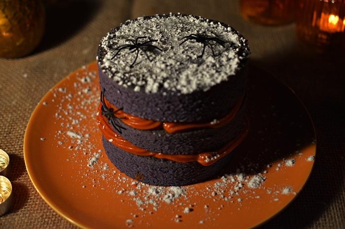 naked cake d'halloween composé de trois génoises au chocolat, au glaçage orange, gateau d'halloween facile