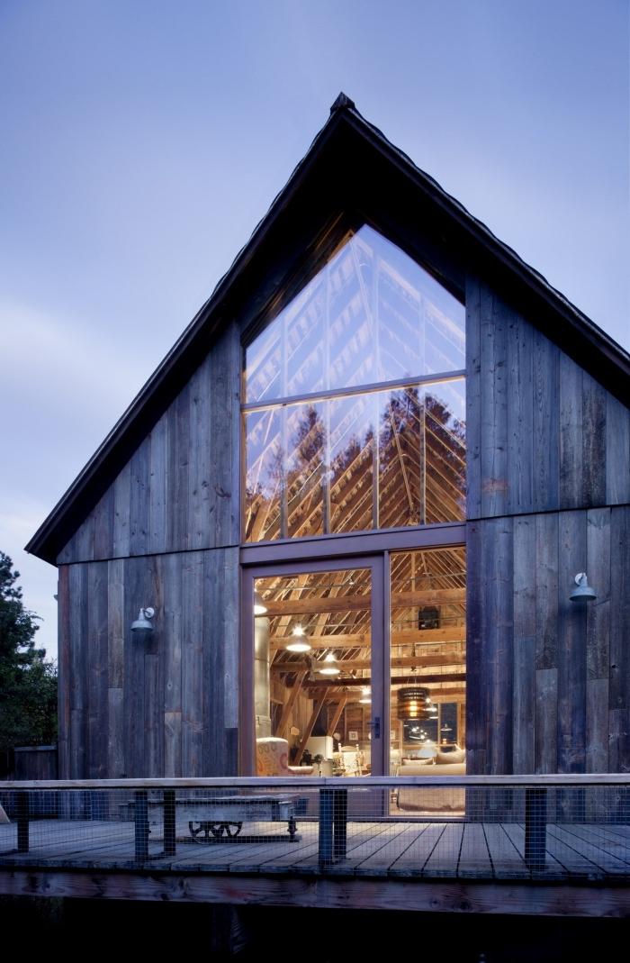 projet de transformation grange en habitation, design intérieur salon rustique au plafond haut en poutres bois
