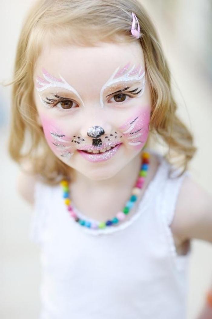 exemple de maquillage halloween enfant, déguisement petite fille en chat avec makeup en blanc et rose et glitter