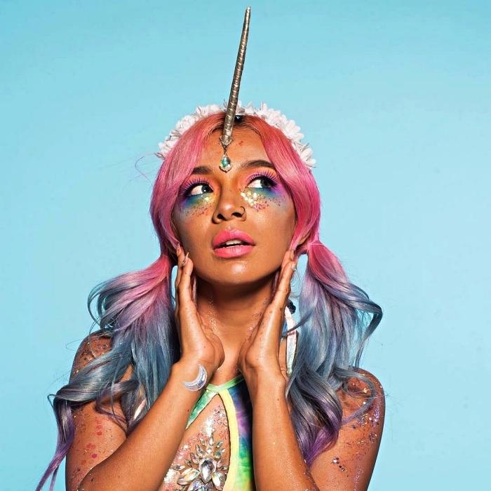 maquillage licorne femme complété par une coloration cheveux multicolore, maquillage des yeux pailleté aux teintes flashy