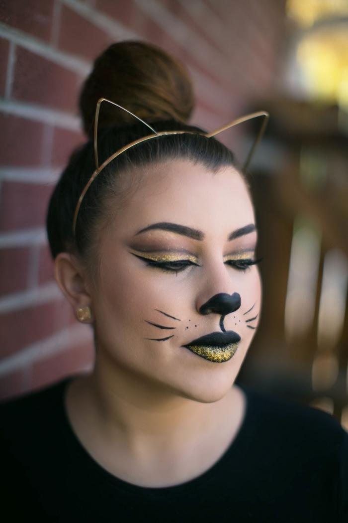 maquillage carnaval facile à faire, idée makeup chat avec eyeliner noir et fards à paupières paillettés nuance dorée
