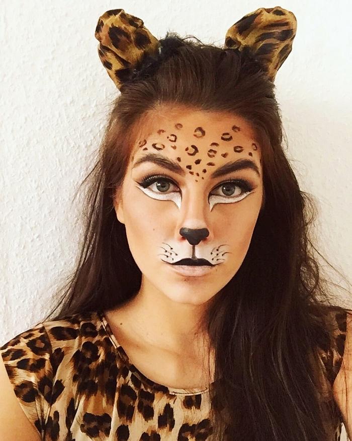 coiffure facile pour halloween femme chat, idée maquillage chat halloween avec dessins visage léopard en eyeliner