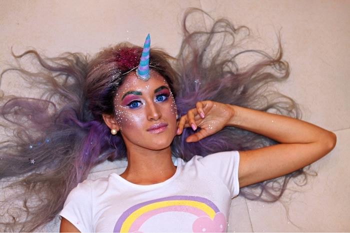 look licorne maquillage peau glowy, maquillage de licorne avec du fard irisé et des strass