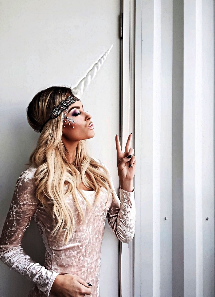 maquillage halloween femme glamour à inspiration licorne avec strass sur les pommettes, déguisement de licorne avec bandeau vintage corne de licorne