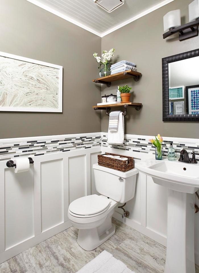 quelle couleur wc tendance, modèle de pièce décorée en blanc et gris foncé avec objets en bois foncé et noir