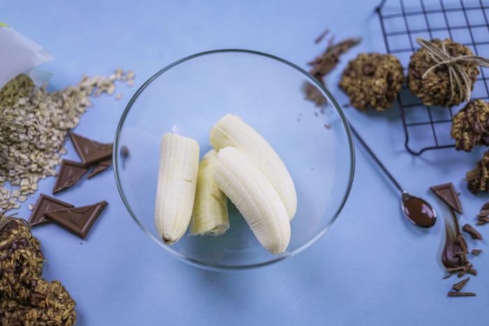 mettre les bananes dans un bol avant d ecraser, idee recette cookies flacons d avoine faciles