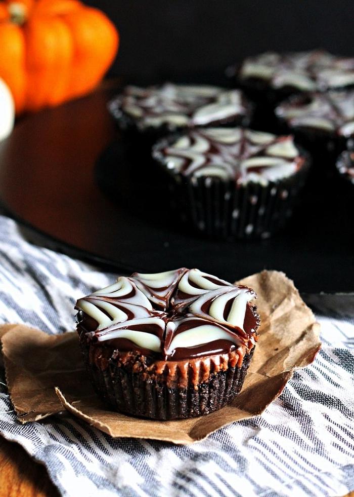 muffins au chocolat glaçage toile d'araignée, gateau halloween facile et rapide, recette de dessert pour un apéro d'halloween