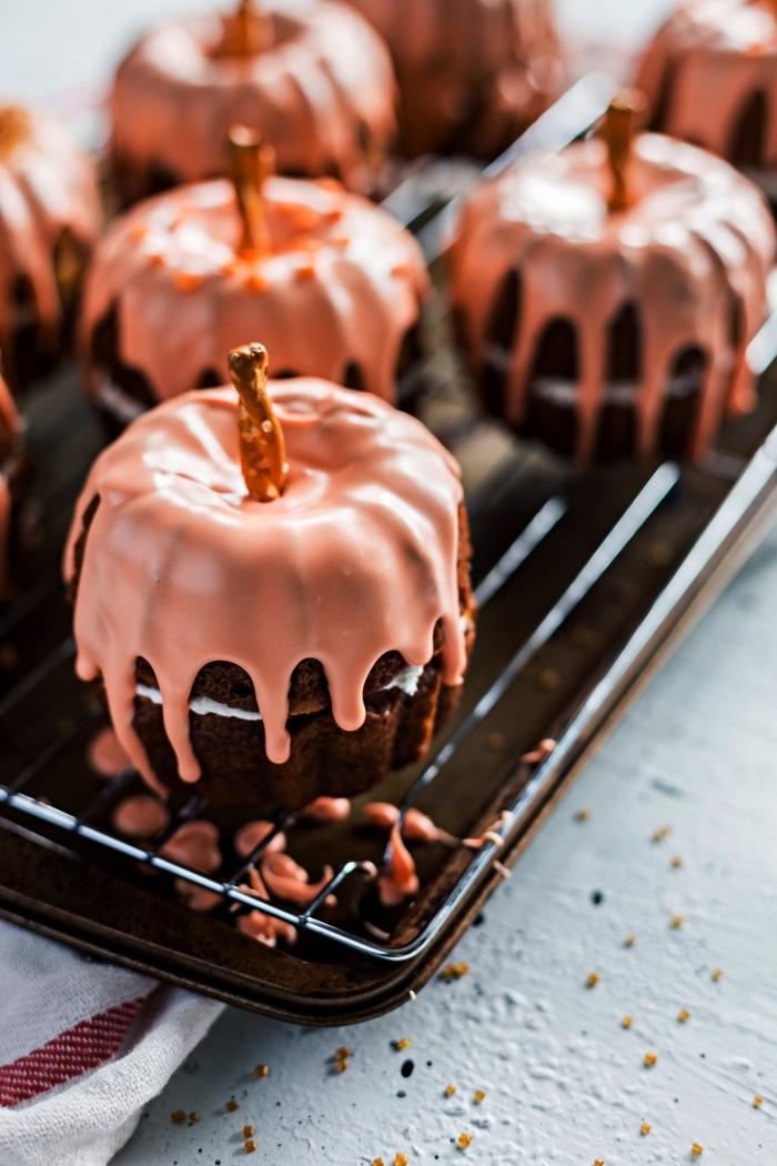recettes d'automne à base de citrouille, petit dessert individuel pour l'apéro d'halloween à la citrouille, mini-gâteau en forme de citrouille au glaçage rose