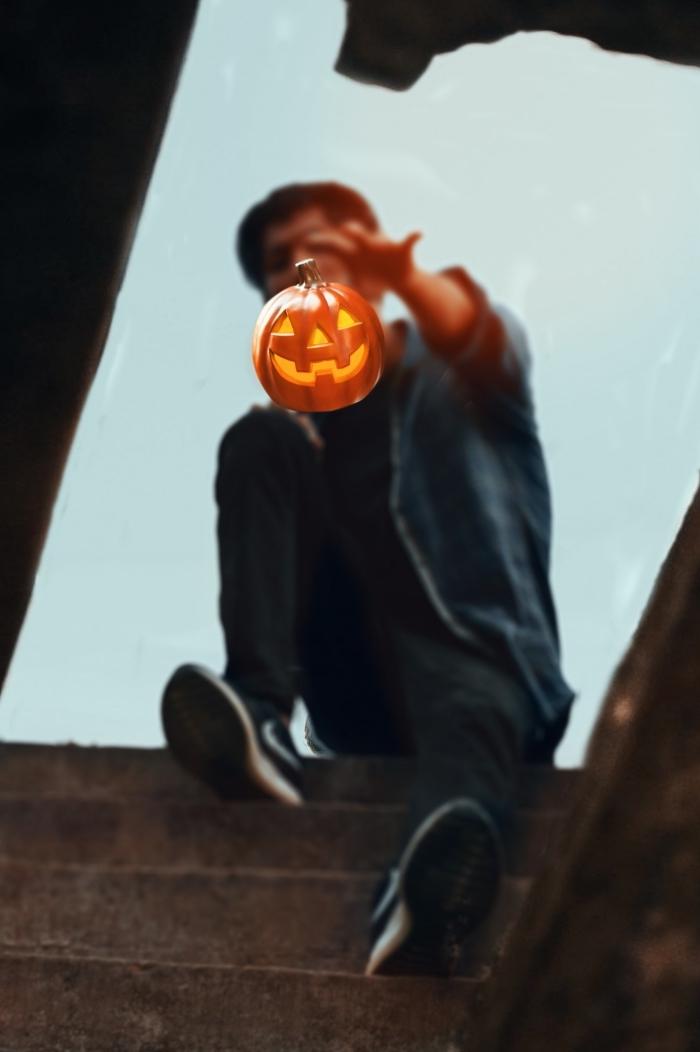 wallpaper portable pour halloween 2019, photo de garçon magicien avec petite citrouille sculptée de halloween