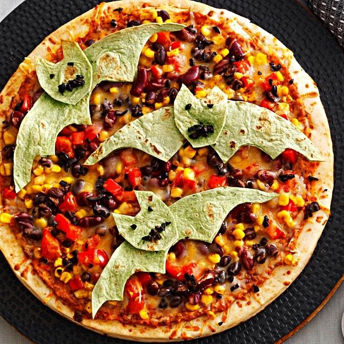 pizza halloween mexicaine décoré de chauves-souris en tortillas, recette originale pour le repas d'halloween