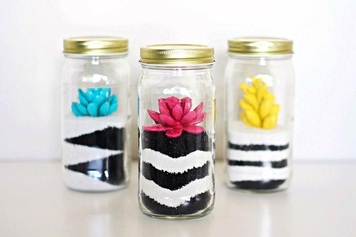 comment faire un terrarium fermé dans un bocal en verre, sable couleur noire et blanche, terrarium avec fausses plantes colorées