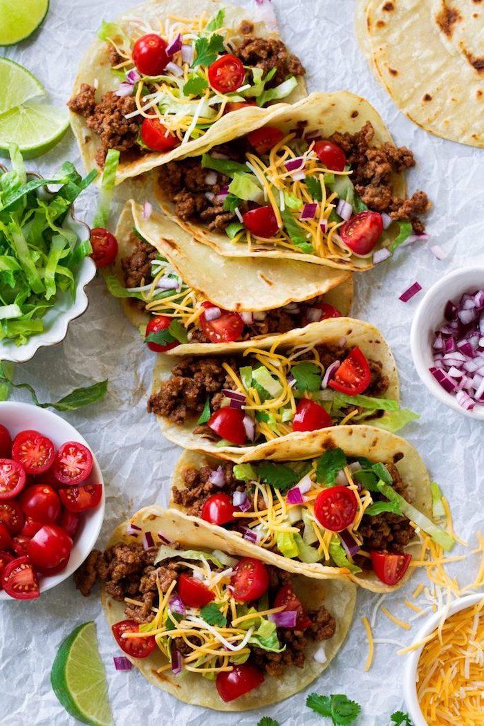 tacos maison à la viande de boeuf, cheddar et légumes frais, idée apéro rapide pour une soirée entre amis